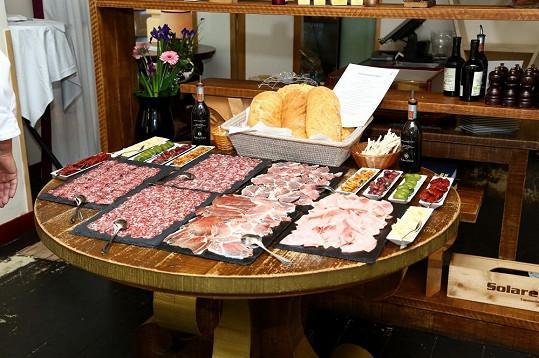 Než přišly na řadu tepelně upravené chuťovky, nabízely se italské salámky.