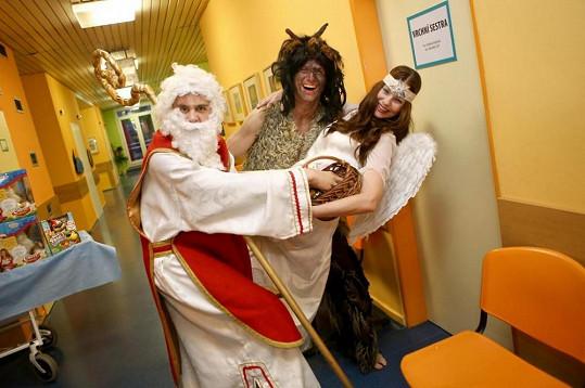 Herci ze seriálu Cesty domů potěšili děti v Nemocnici na Bulovce.