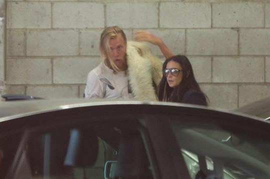 Demi a Will opouštějí hodinu jógy.