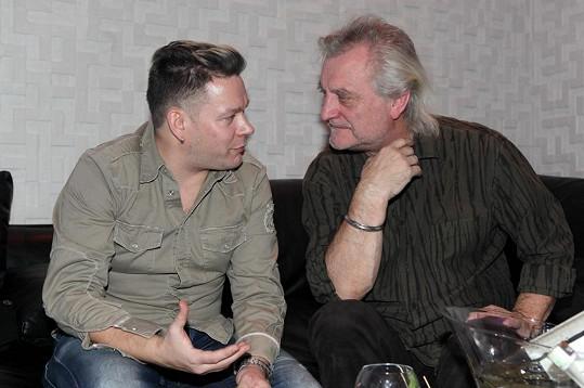 Pak se dal do řeči s dalším kmotrem Bořkem Šípkem.
