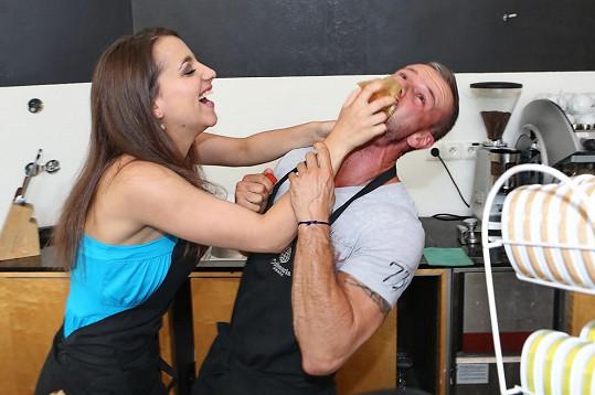 Horváthová se pokusila Polákovi nacpat do úst sladký muffin. Herečka dobře ví, že vyznavač zdravé stravy se podobným pochoutkám vyhýbá.