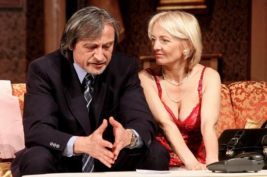 Veronika Žilková s Martinem Stropnickým v divadelní hře Apartmá v hotelu Plaza.