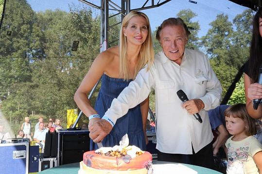 Rukou společnou nakrojili slavnostní dort.