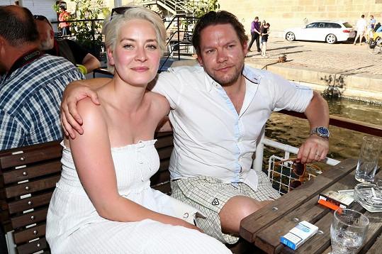 Matěj Ruppert s blond manželkou