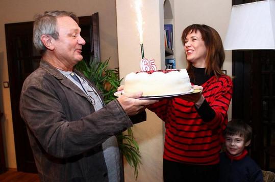 Jiří Adamec s Terezou Kostkovou a slavnostní předání dortu.