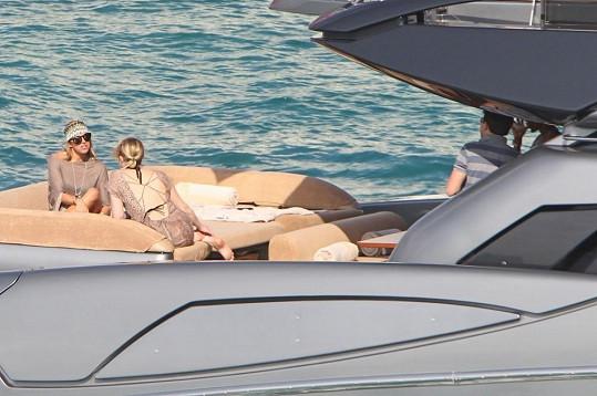 Leo vyrazil na projížďku jachtou se třemi ženami.