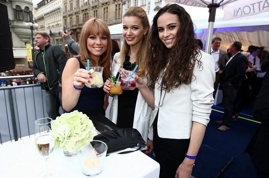 Míša Nosková si připíjela nealko koktejlem s Českou Miss 2014 Gabrielou Frankovou a Českou Miss World 2014 Terezou Skoumalovou.