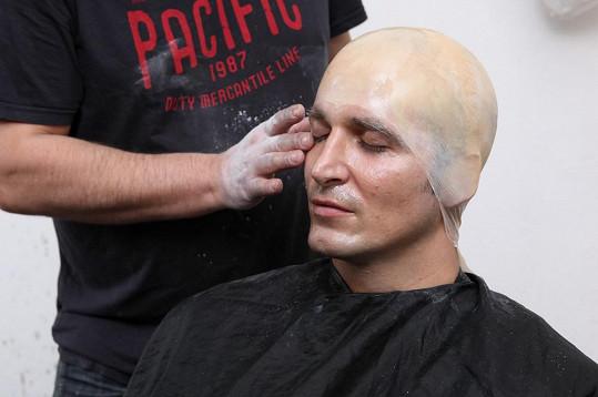 "Nejprve Radimovi zakryli vlasy a kotlety ""prezervativem""."