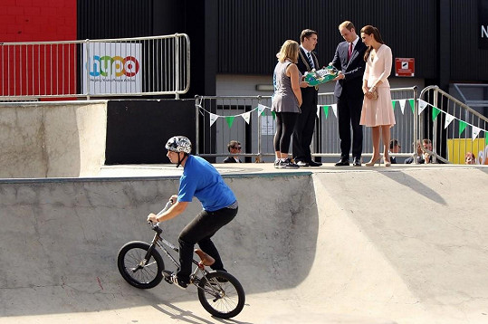Malému Georgovi přivezou jako dárek z cest skateboard!