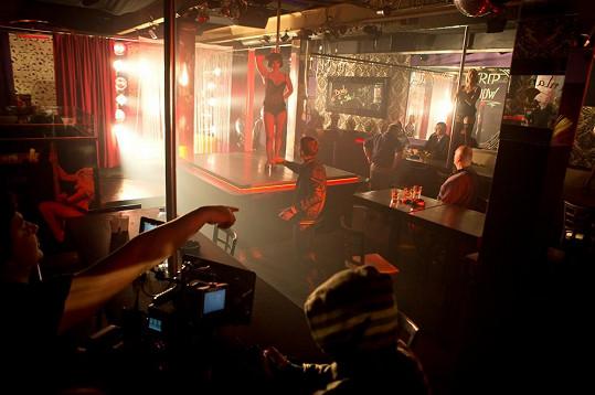 Vica Kerekes jako agentka striptérka řádí ve striptýzovém baru.