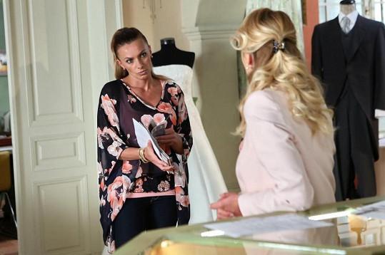 Alice hraje v primáckém seriálu spolumajitelku svatební agentury.