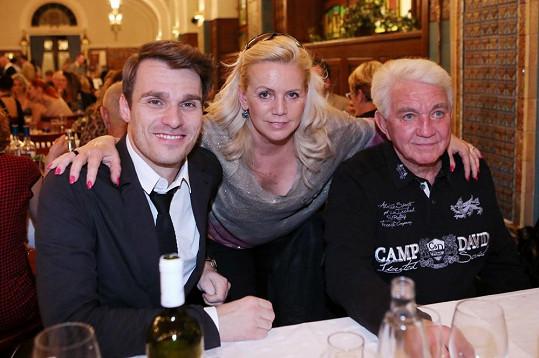 S manželi Krampolovými zapózoval moderátor večera Leoš Mareš.