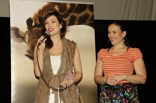 Tereza Kostková v pondělí po ránu vypadala skvěle. Janě Rychterové křtila album Zpívací písničky.