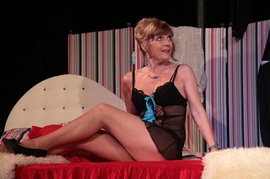 Bezvadnou postavu ukazuje Jarmila také v divadelní hře V Paříži bych tě nečekala, tatínku.