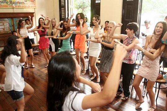 Dívky se naučily také tanec Gangnam style.