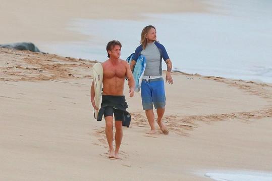 Sean Penn má dokonalé tělo i po padesátce.
