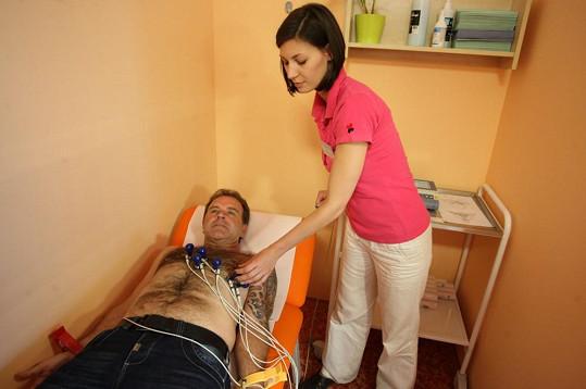 Ani před sestřičkou při měření EKG se zpěvák nestyděl ukázat svou zarostlou hruď.