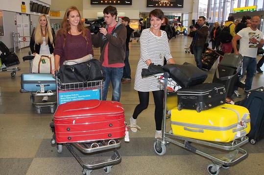Děvčata se svými zavazadly.