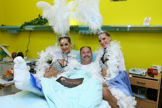 Michal David s tanečnicemi z muzikálu Mata Hari