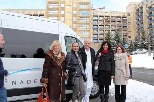 V den 6. výročí manželovy smrti Vendula předávala za Kapku naděje nový vůz motolské nemocnici.