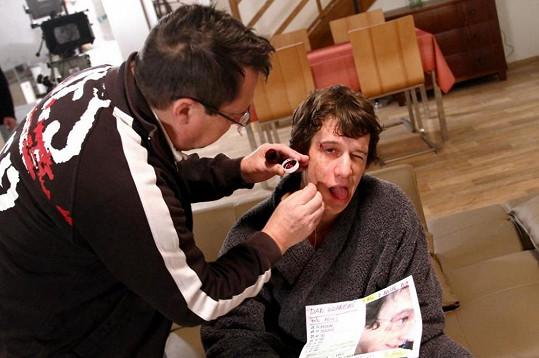 Martin Kraus v péči maskéra.