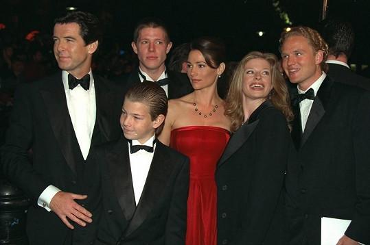 Herec s dětmi a manželkou Keely Shaye Brosnan. (Charlotte druhá zprava).