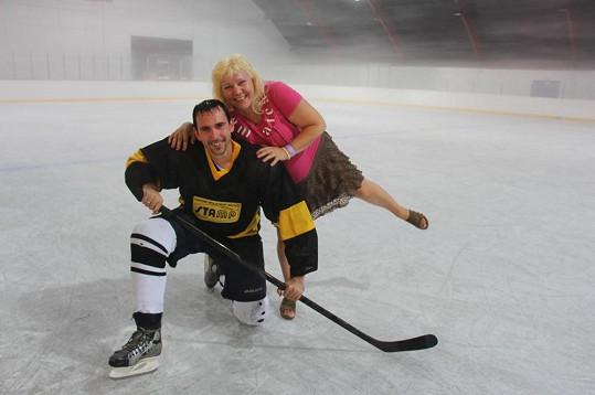 Z ledu zpěvačku nakonec zachraňoval statný hokejista.