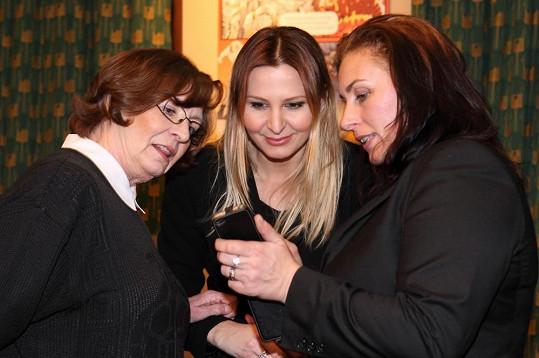 Evelyna Steimarová žila s Bolkem Polívkou i Karlem Gottem. Na premiéře si popovídala i se současnou Bolkovou ženou Marcelou (vpravo) a Karlovou Ivanou.