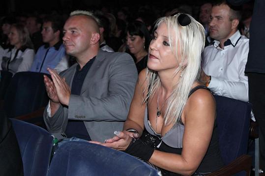 Mirjam poutala pozornost, i když seděla v publiku.