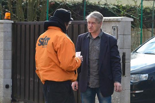 Rychtář odmítl za Bartošovou vrátit půjčovně auto.