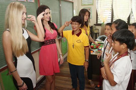 První cesta dívek vManile směřovala do školy pro sluchově a zrakově postižené děti. Bylo to příjemné setkání, kdy se dívky seznámily se základy znakové řeči.