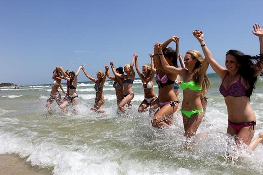 Dívky si zařádily v moři.