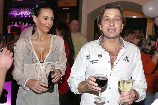 Martin Pouva s přítelkyní Petrou, která je o 21 let mladší.