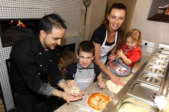 Alice si s Vašíkem a Aličkou zkusila upéci i pravou italskou pizzu.