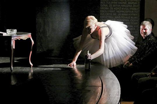 V duchu textu písně se sápala Renata na pódium vrávoravým krokem.
