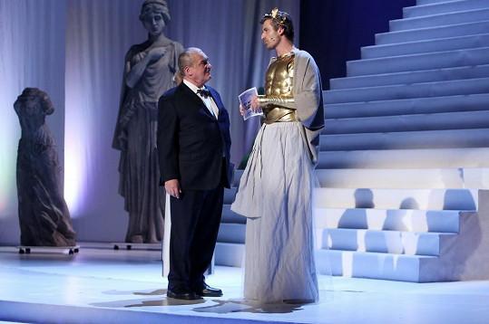 Z této fotky s Karlem Schwarzenbergem je patrné, jak je herec vysoký.