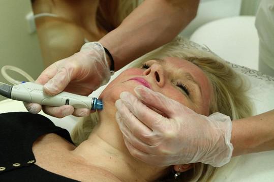 Kerndlová pravidelně podstupuje kosmetické procedury.