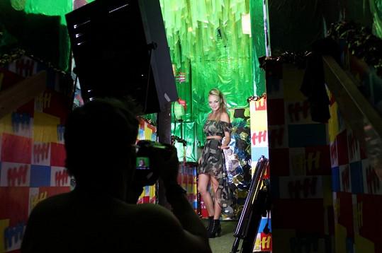 Konvičková natočila přímo v prostorách tábora klip k písni 'Já jsem tvůj vesmír'.