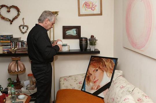 Ivetě vytvořil v jejím domě podivný improvizovaný oltář.