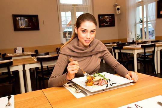 Po práci si modelka dopřála vydatnou večeři.