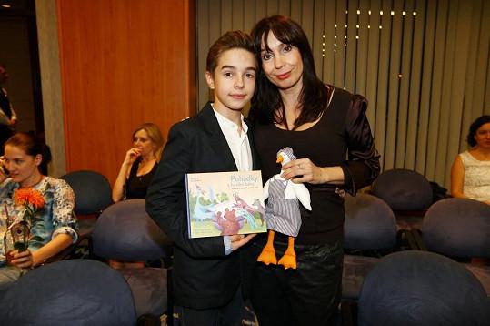 Nejen svému synovi vymýšlí příběhy Nela Boudová.