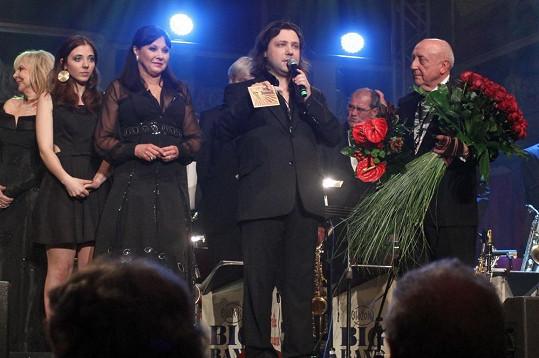Anička Slováčková s bratrem Felixem a rodiči Dádou a Felixem na koncertě v Lucerně.