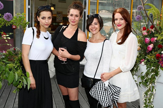 Petra Horváthová, Lenka Zahradnická a Kristýna Janáčková přišly podpořit kamarádku Andreu Kerestešovou na vernisáž jejích fotografií.