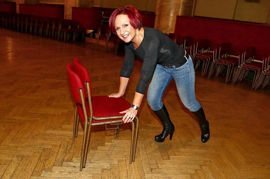 Dokonce i sama posunovala židle.
