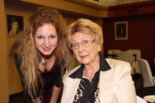 Pepina, která podobu svých rodičů nezapře, zapózovala s babičkou Olgou. Foto z roku 2013