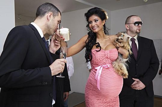 Ve filmu Bony a klid 2 hraje bohatou těhotnou dědičku.