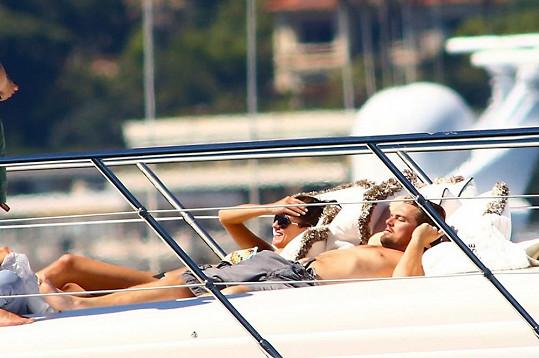 Dvojice se oddávala slunečním paprskům.