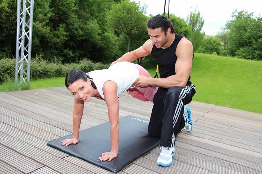 O doteky při cvičení není nouze.