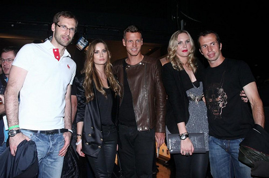 Sportovci drží při sobě. Berdych, Radek Štěpánek s Nicole Vaidišovou a Petr Čech.