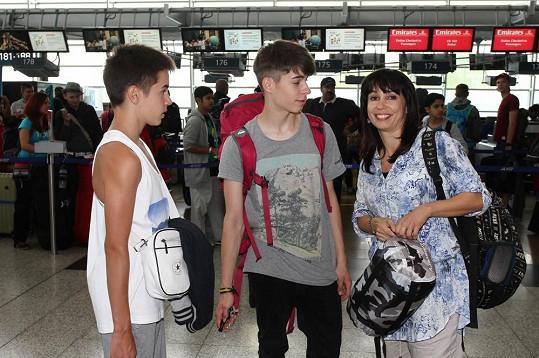 Nela Boudová se syny na ruzyňském letišti